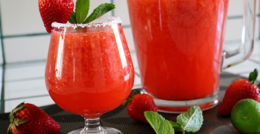 Cocktail making: how to make strawberry vodka cocktail